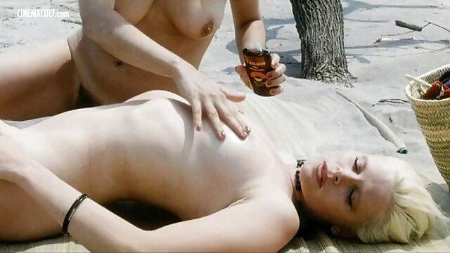 Pequeña rubia rusa Petra follando con un enorme películas de pornografía consolador brutal